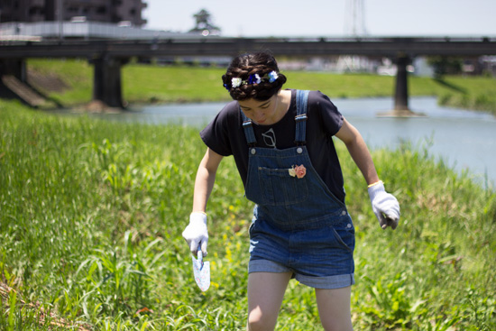 Flower-hairband-dungarees-digging